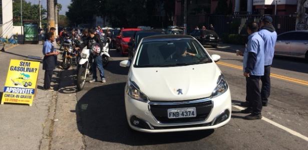 Fila para abastecer em posto na Vila Madalena, em São Paulo - Bruno Freitas/UOL