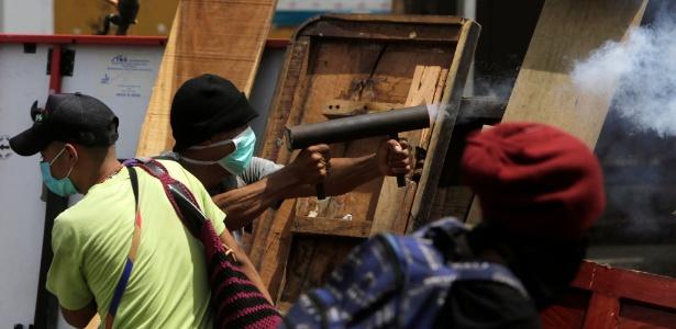 Homem usa morteiro caseiro em protesto em Masaya, na Nicarágua