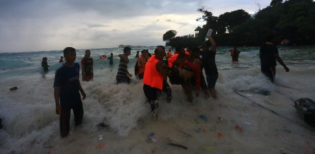 Equipe de resgate socorre sobreviventes do naufrágio na Indonésia - Mustafa Syahril/Xinhua