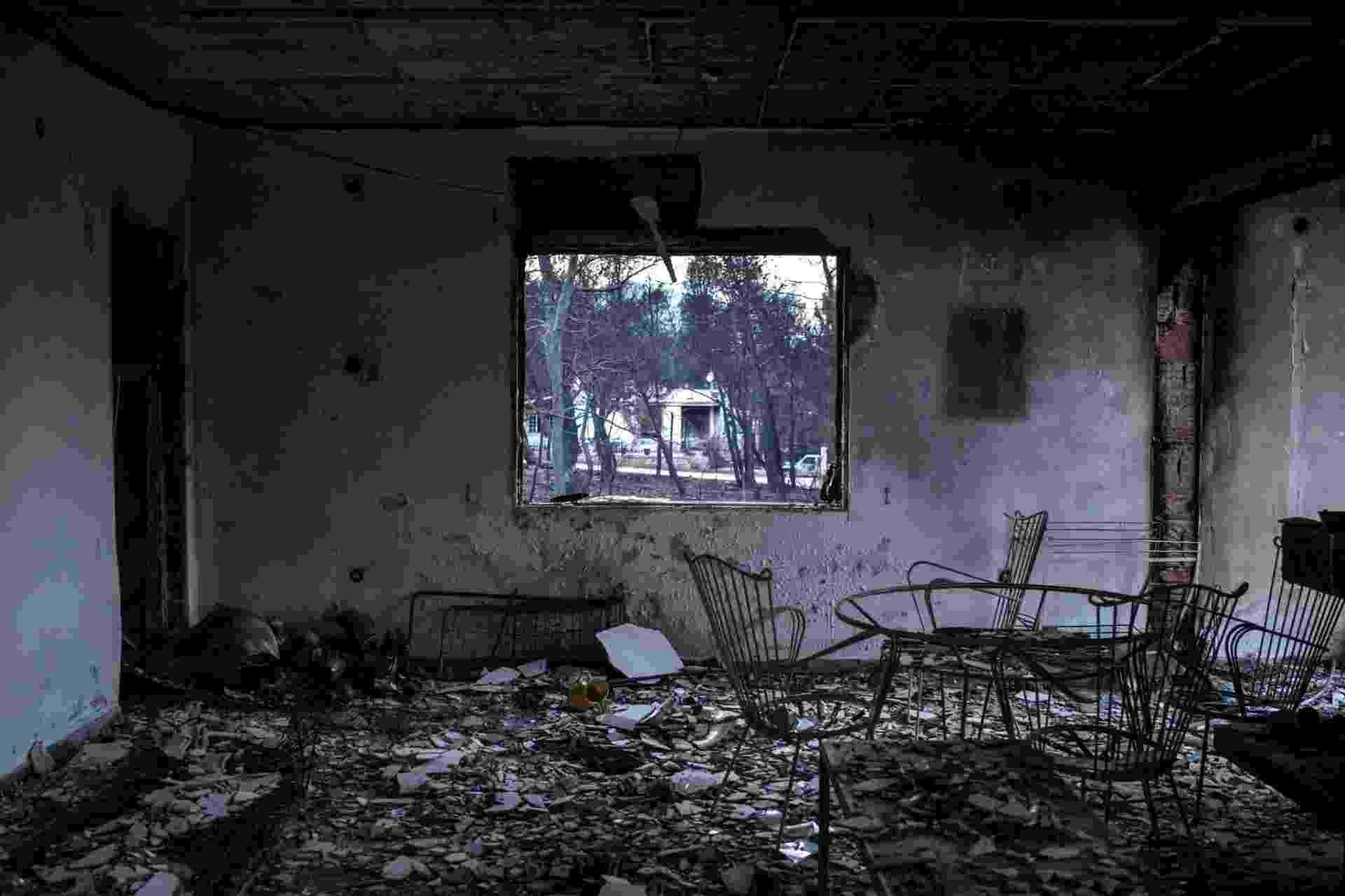 26.jul.2018 - Casa totalmente incendiada após incêndio floresta na vila de Neos Voutzas, próximo a Atenas, a capital grega; mais de 80 pessoas morreram - Angelos Tzortzinis/AFP