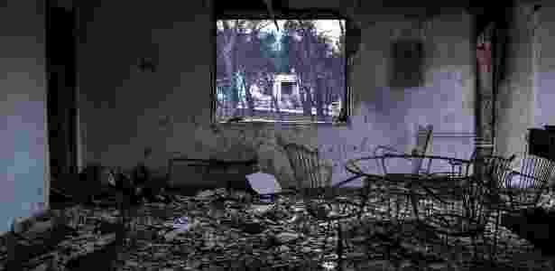 Casa totalmente incendiada na vila de Neos Voutzas, na Grécia - Angelos Tzortzinis/AFP