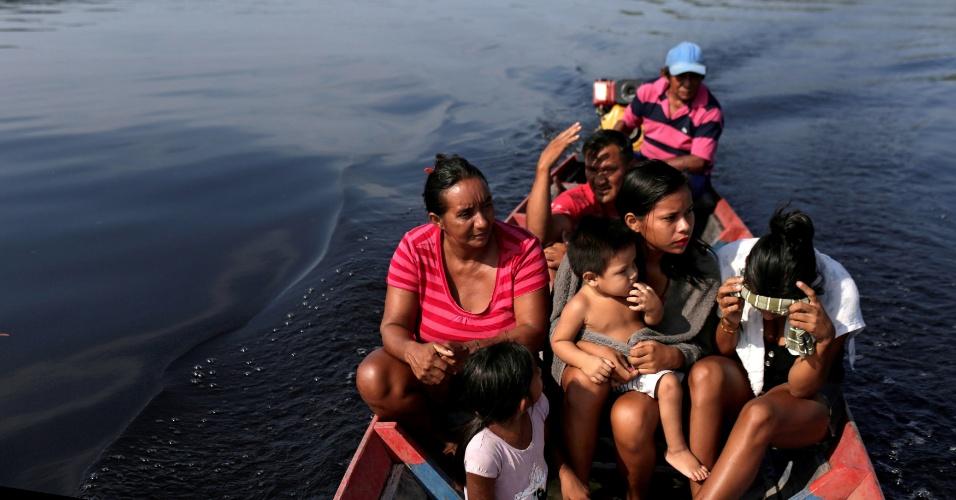 Eleitores se deslocam de barco para votar em São Sebastião do Cuieiras (AM)