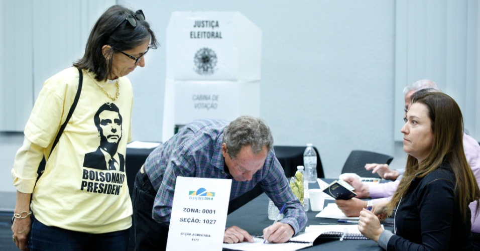 28.out.2018 - Brasileiro vota para presidente em uma assembleia de voto em Orlando, Flórida, nos Estados Unidos