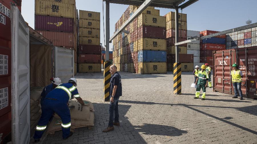 Contêiner no porto de Santos tinha cocaína escondida em carga de açúcar - 19.abr.2018 - Eduardo Knapp/Folhapress