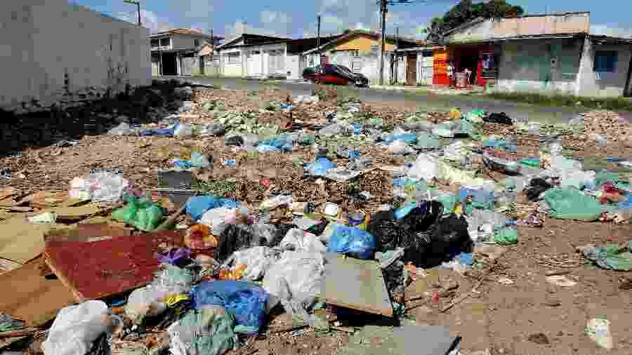 Ruas da cidade com lixo para ser recolhido e falta de saneamento básico - Francisco França/UOL