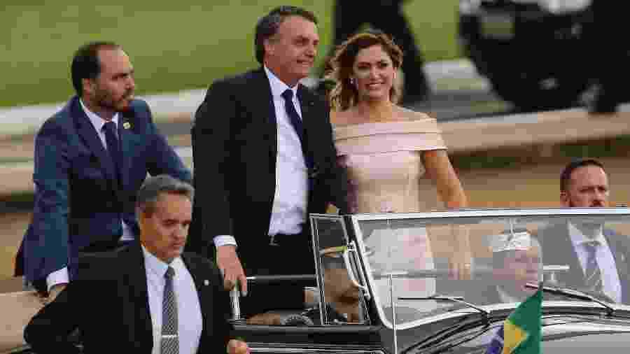 Resultado de imagem para Bolsonaro, Michelle e Carlos desfile em carro aberto
