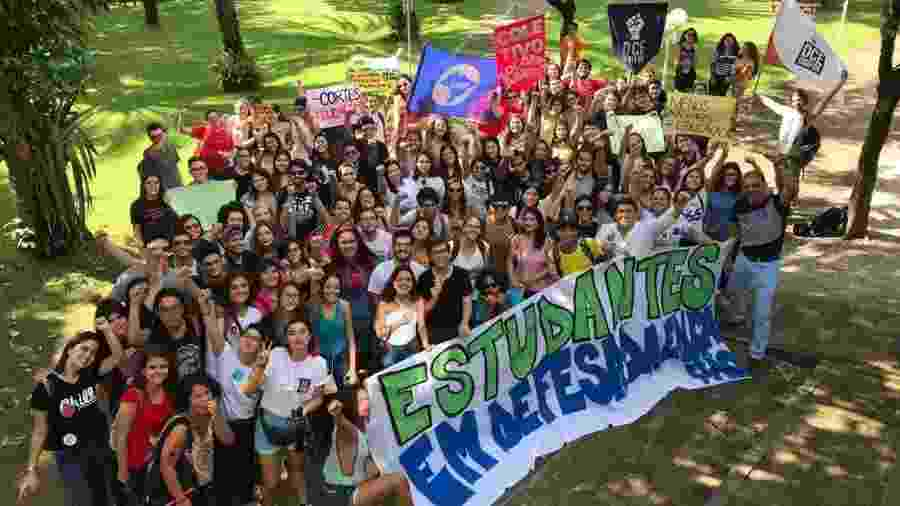 Estudantes da Universidade de Fortaleza fazem se concentram para ato contra cortes na educação - Thais Araújo - 15.mai.2019/DCE Unifor