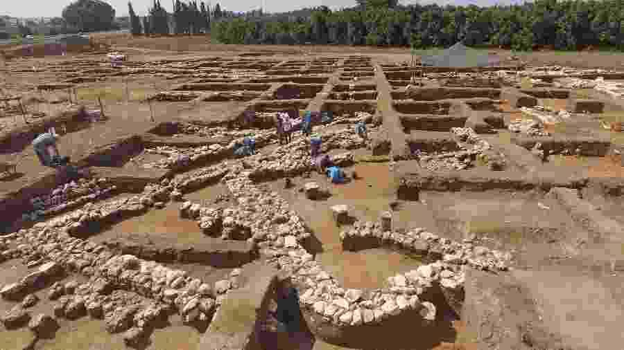 Arqueólogos israelenses trabalham no antigo local de En Esur (Ein Asawir), onde uma cidade de 5.000 anos foi descoberta perto da cidade israelense de Harish - JACK GUEZ/AFP