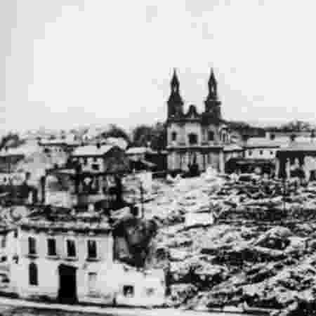 Destruição em Varsóvia após bombardeio na Segunda Guerra Mundial; estima-se que 6 milhões de poloneses tenham morrido no conflito - BBC