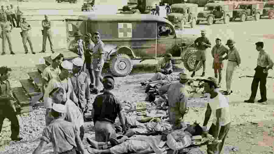 Sobreviventes do USS Indianapolis passaram quatro dias boiando no mar até serem resgatados e levados para a base militar em Guam - National Archive USA
