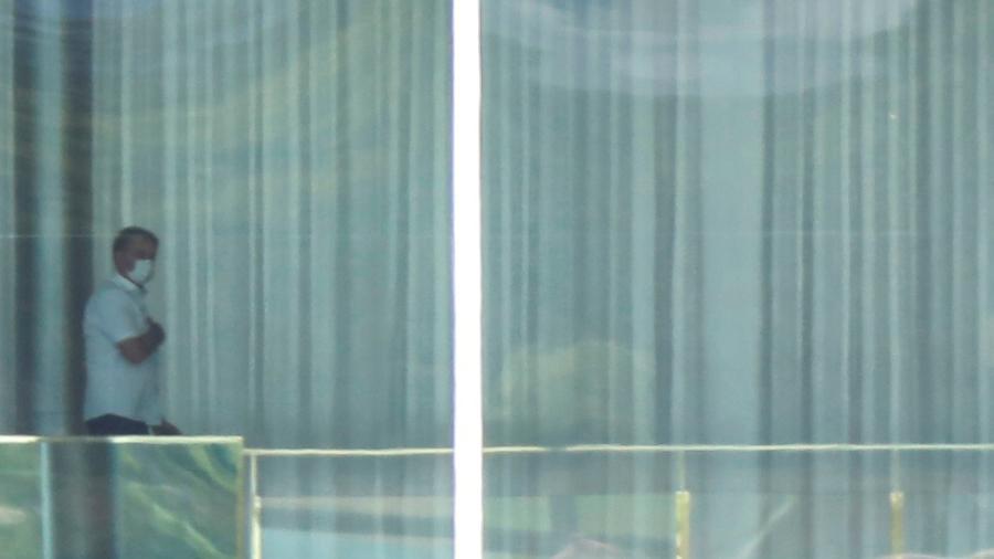 Presidente Jair Bolsonaro caminha pelo Palácio da Alvorada com máscara de proteção contra novo coronavírus - ADRIANO MACHADO