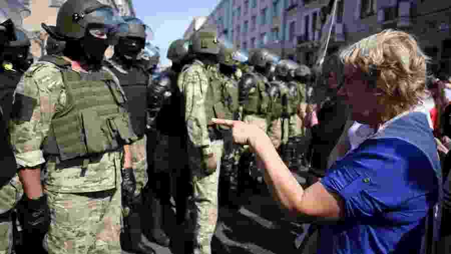 30.ago.2020 - Policiais bloqueiam um protesto de opositores do governo de Belarus em Minsk neste domingo - TUT.BY/REUTERS