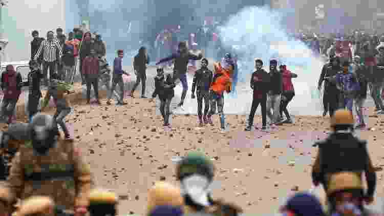 Manifestantes contra lei de imigração arremessam pedras em Seelampur, em Déli - REUTERS/Adnan Abidi - REUTERS/Adnan Abidi