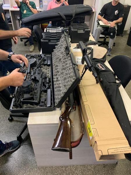 Conjunto de armas apreendidas em Americana, no interior de SP, no ano passado; equipamentos comprados legalmente podem ir para o crime, alertam pesquisadores - Divulgação/Deic