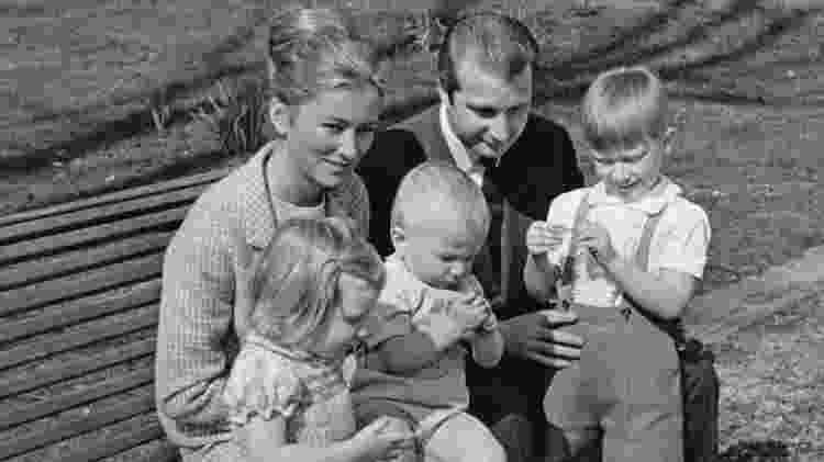 Princesa Paola da Bélgica (posteriormente Rainha Paola) com o então Príncipe Albert e seus filhos, em 1969 - Getty Images - Getty Images