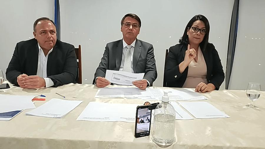 14.jan.2021 - Jair Bolsonaro (sem partido) com o ministro da Saúde, general Eduardo Pazuello, em live semanal transmitida pelas redes sociais - Reprodução/Redes sociais