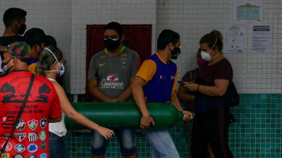 14.jan.2021 - Familiares de pacientes levam cilindro de oxigênio para o Hospital e Pronto-Socorro 28 de agosto, em Manaus - Sandro Pereira/Fotoarena/Estadão Conteúdo