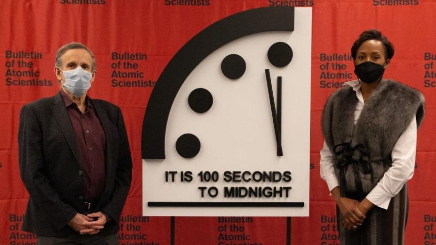 """O """"relógio do apocalipse"""" durante cerimônia de revelação: """"Ainda faltam 100 segundos para a meia-noite"""", diz o letreiro - Divulgação/Bulletin of the Atomic Scientists"""