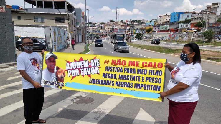 O pai e a mãe de Lennon pedem a liberdade do filho preso em Piraporinha, na zona sul de São Paulo - Marcelo Oliveira/UOL - Marcelo Oliveira/UOL