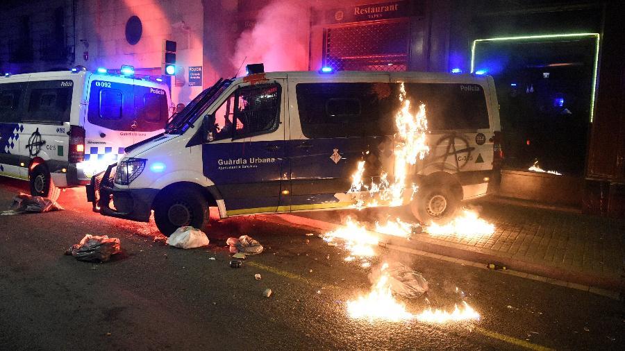 Manifestantes lançaram um coquetel molotov contra um veículo da polícia durante protesto em Barcelona - Josep Lago/AFP