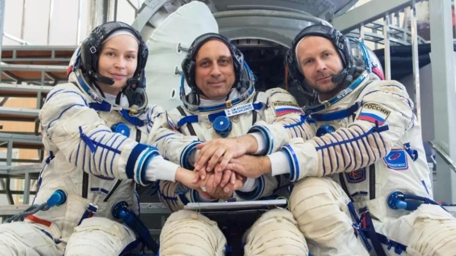 Atriz Yulia Peresild (esquerda), cosmonauta Anton Shkaplerov (meio) e diretor Klim Shipenko (direita) - Roscosmos/Twitter