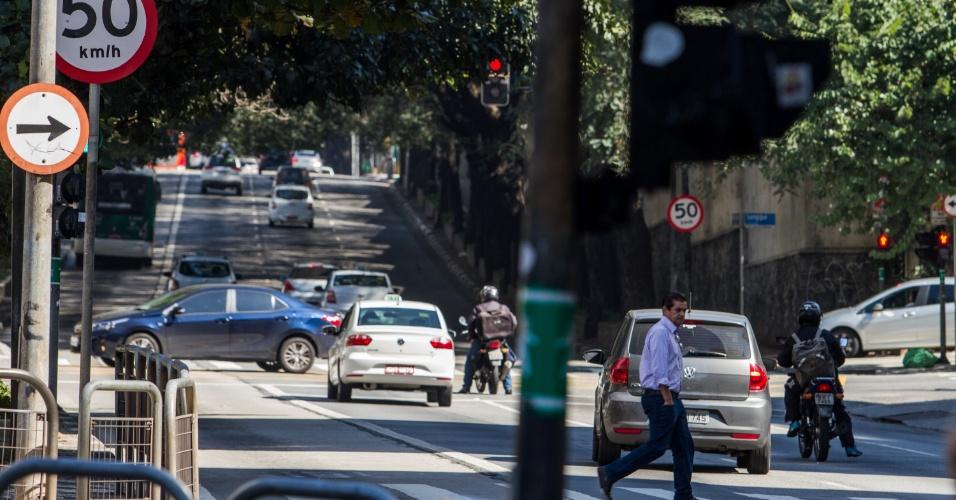 A CET (Companhia de Engenharia de Tráfego) implantou nesta segunda-feira (29) a nova velocidade máxima de 40km/h na região da Consolação, área central de São Paulo. O objetivo é aumentar a segurança dos usuários do sistema viário. Apesar da mudança, a sinalização ainda marca 50km/h e não há previsão da implantação das novas placas