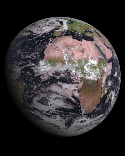 4.ago.2015 - O MSG-4, o mais novo satélite meteorológico geoestacionário da Europa, registrou a primeira imagem da Terra. Isso demonstra que satélite lançado em 15 de julho está a caminho de se tornar plenamente operacional após seis meses de testes. A primeira imagem é uma realização conjunta da ESA (Agência Espacial Europeia), EUMETSAT (European Organisation for the Exploitation of Meteorological Satellites) e a indústria espacial europeia. Este modelo de cooperação fez da Europa um líder mundial em meteorologia por satélite