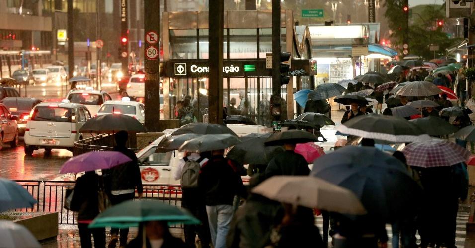 8.set.2015 - Chuva atinge a região da avenida Paulista no fim da tarde desta terça-feira (8)