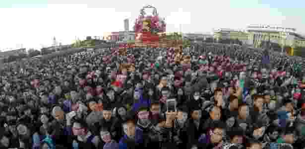 30.set.2015 - Chineses se reúne para assistir cerimônia de hasteamento da bandeira nacional que marca o 66º aniversário da fundação da República Popular da China, em Pequim - Xing Guangli/ Xinhua