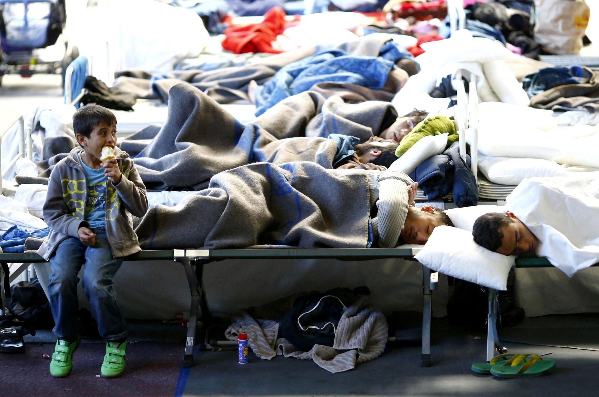 Menino em campo de refugiados na Alemanha