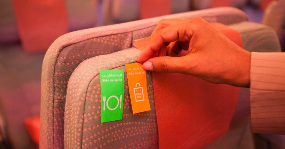 Na classe econômica, o passageiro pode colar adesivos indicando se quer ou não ser acordado no momento das refeições