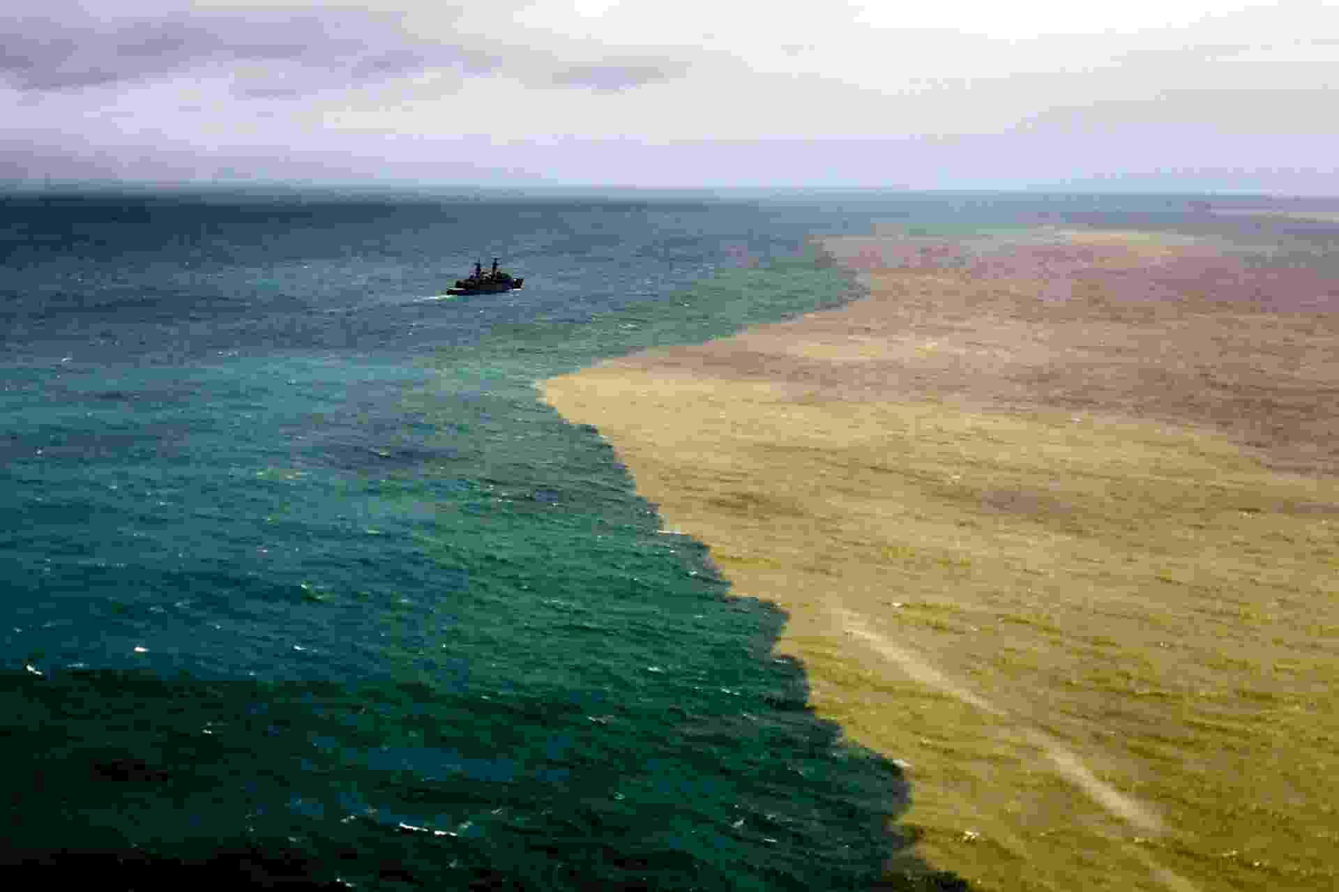 22.nov.2015 - Lama de barragem de mineração muda a cor do mar do Espírito Santo, na região do distrito de Regência, em Linhares - Gabriela Biló/Estadão Conteúdo