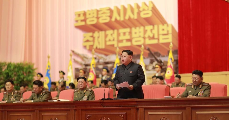 6.dez.2015 - Em imagem divulgada neste domingo pela KCNA, agência oficial de notícias da Coreia do Norte, o líder do país, Kim Jong-Un participando da 4ª Conferência do Exército Popular da Coreia, realizada nos dias 3 e 4 de dezembro no Centro de Cultura de Pyongyang, a capital do país