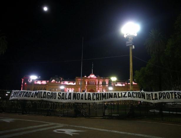 """28.jan.2016 - Faixa com os dizeres """"Liberdade para Milagros Sala, não à criminalização do protesto"""" é pendurada diante da Casa Rosada, sede do governo argentino"""