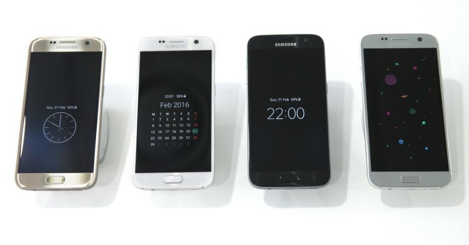 21.fev.2016 - A Samsung lançou em Barcelona o Galaxy S7, com tela de 5,1 polegadas. Ele e o Galaxy S7 edge, lançado no mesmo dia, ganharam tela que nunca apaga --como o recém-lançado LG G5-- e prometem melhores fotos no escuro. O Galaxy S7 e Galaxy S7 edge receberam certificação IP68 e voltaram a ser à prova d'água como o S5, podendo sobreviver a uma submersão de até 1,5m por 30 minutos. Outro recurso que retornou foi o cartão de memória. Com capacidade de armazenamento interno de 32GB ou 64GB, os aparelhos poderão ter a memória estendida para até 200 GB