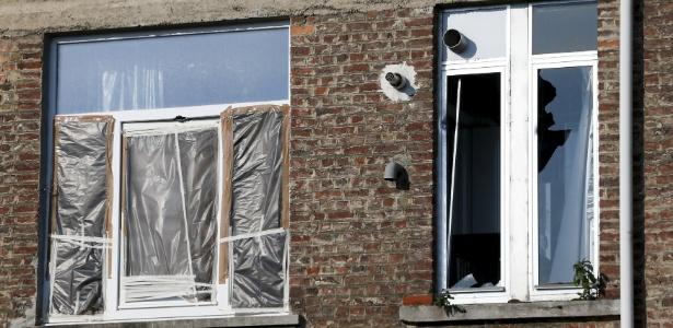 Janelas quebradas nos fundos do apartamento no bairro de Forest, em Bruxelas, onde um suspeito foi morto pela polícia durante uma ação antiterrorismo