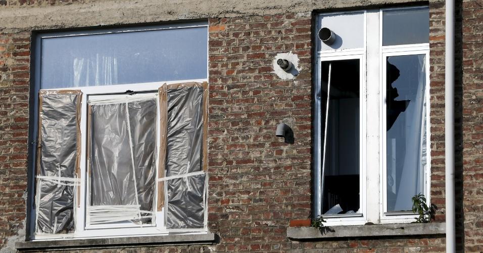 16.mar.2016 - Janelas quebradas nos fundos do apartamento no bairro de Forest, em Bruxelas, onde um suspeito foi morto pela polícia durante uma ação antiterrorismo