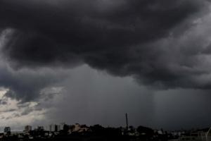 25.mar.2016 - Nuvens carregadas na região da zona norte