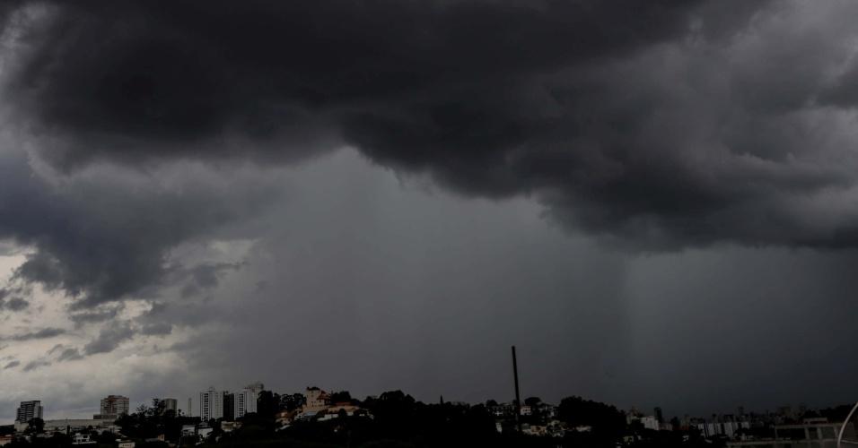 25.mar.2016 - Em São Paulo, as nuvens carregadas na região da zona norte, por volta das 16h, mostram que a Sexta-feira Santa será de chuva para quem ficou na capital durante o feriado