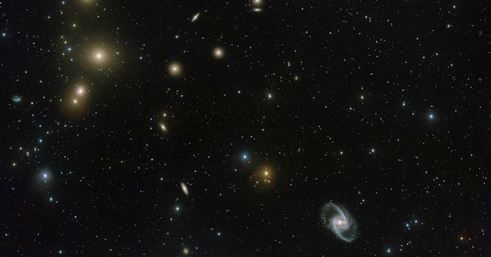 FORNALHA - Imagem do Observatório do Paranal do ESO (Observatório Europeu do Sul) no Chile mostra a concentração de galáxias conhecida por Aglomerado da Fornalha, que se situa na constelação da Fornalha no hemisfério sul, a 65 milhões de anos-luz de distância da Terra. O aglomerado comporta uma quantidade de galáxias de todas as formas e tamanhos. Sabe-se que este aglomerado contém quase 60 galáxias grandes e um número semelhante de galáxias anãs menores