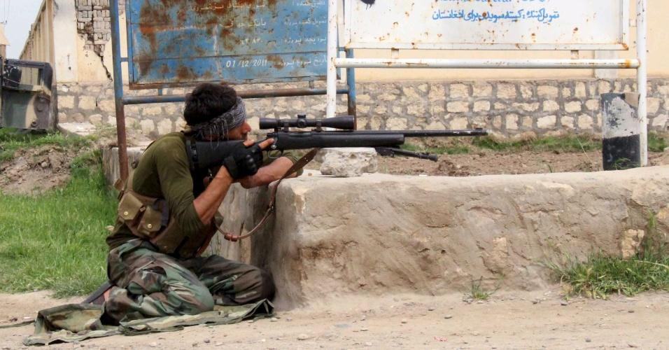 16.abr.2016 - Membro das forças de segurança do Afeganistão mantém posição de mira durante batalha contra rebeldes do Taliban em divisas da província de Kunduz