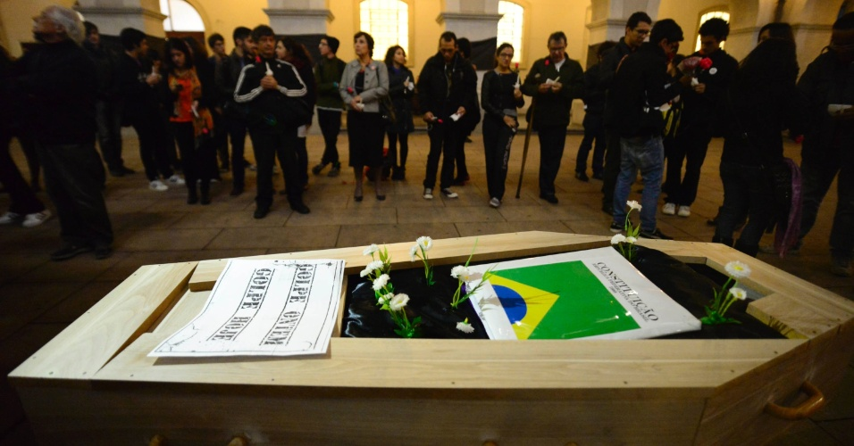 19.mai.2016 - Manifestantes fazem enterro simbólico da Constituição de 1988 em protesto contra o governo interino de Michel Temer no largo de São Francisco, centro de São Paulo