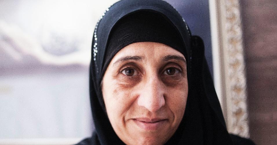 """10.jun.2016 - """"Meu marido morreu quando uma bomba caiu ao lado do seu taxi. Fiquei com medo de perder ainda mais da família na guerra. Decidimos ir embora da Siria. Meus irmãos continuam em Damasco. Sinto muita saudade deles, choro muito. Ainda não me acostumei aqui no Brasil, tudo é muito diferente"""", conta Huda"""