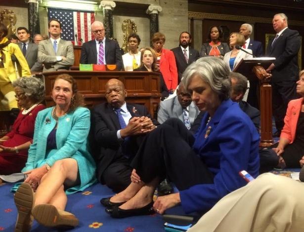 22.jun.2016 - Democratas sentam em protesto para aprovar medidas que controlem a venda de armas