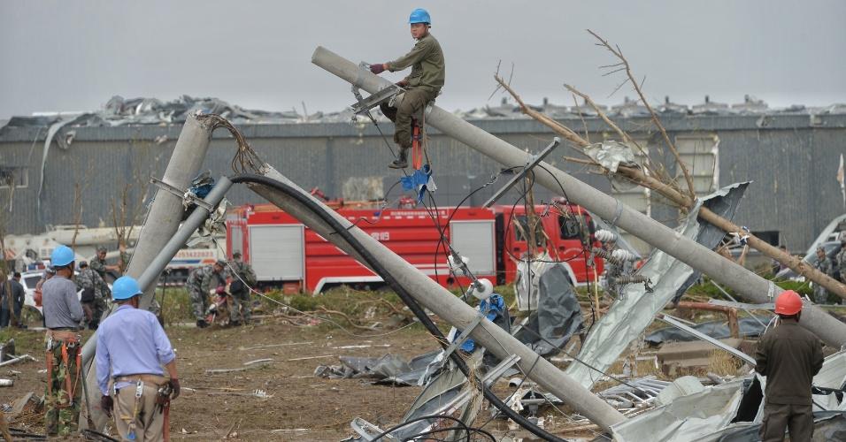 24.jun.2016 - Funcionários do governo chinês e militares analisam os estragos causados pela passagem de um tornado em Yancheng, na província de Jiangsu. Os serviços de emergência seguem realizando os trabalhos de resgate e auxílio nas zonas devastadas por uma série de tempestades nos arredores da cidade