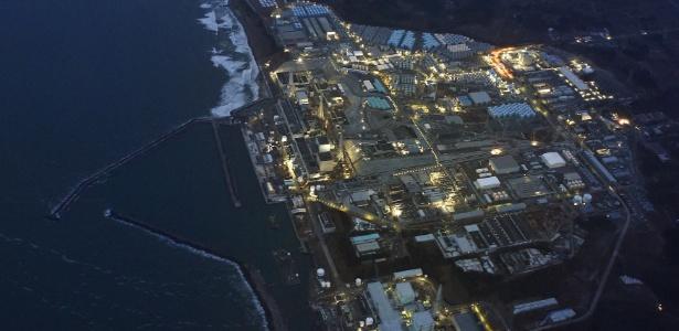 Imagem aérea da usina de Fukushima iluminada
