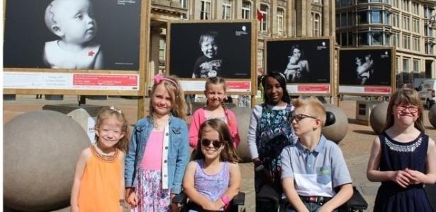 Retratos e histórias de crianças com doenças raras atendidadas por hospital em Birmingham, na Inglaterra, são exibidas em exposição