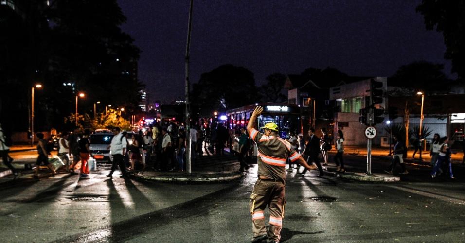 20.out.2016 - Passageiros lotam parada de ônibus no cruzamento das avenidas Brigadeiro Faria Lima com Rebouças, em Pinheiros, zona oeste de São Paulo, após semáforos pararem de funcionar por causa da forte chuva que caiu na capital paulista