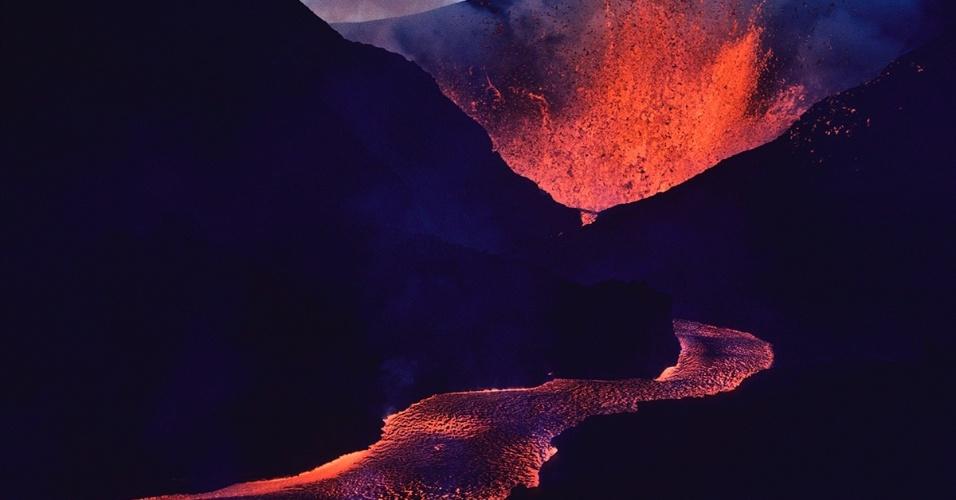 A lava escorre do vulcão Nyamuragira, na República Democrática do Congo. Localizada no Parque Nacional Virunga, o Nyamuragira é um dos vulcões mais ativos no mundo e entrou em erupção mais de 40 vezes desde 1865