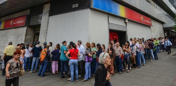 13.dez.2016 - Pessoas fazem fila diante de banco, em Caracas